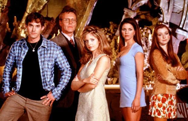 Charisma Carpenter (de vestido azul) com parte do elenco de 'Buffy' (Foto: Reprodução)