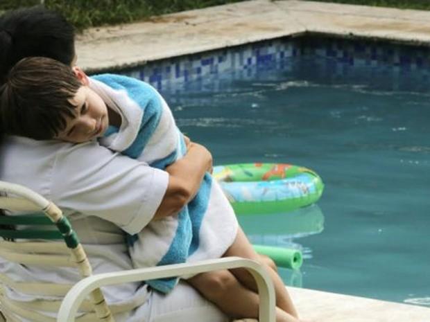 Logo no início de 'Que horas ela volta?', a personagem de Regina Casé (a empregada Val) aparece vestindo branco ao cuidar do filho dos patrões, mas sem entrar na piscina (Foto: Divulgação)