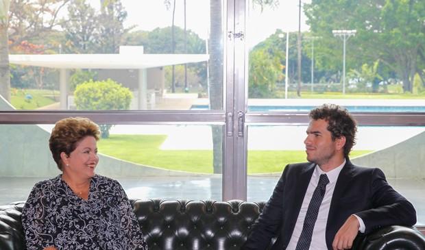 Dilma Rousseff  e Artur Ávila, ganhador da Medalha Fields, no Palácio da Alvorada (Foto: Roberto Stuckert Filho/PR)