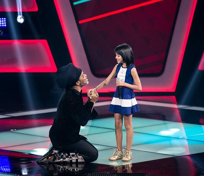 Iris Pereira conversa com Carlinhos Brown no palco do The Voice Kids (Foto: Isabella Pinheiro/Gshow)