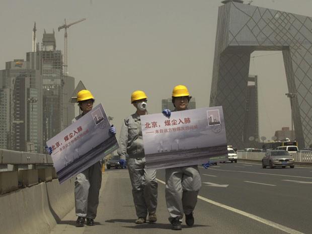 Ambientalistas chineses fazem protesto em Pequim, em abril (Foto: Reuters/Greenpeace/Lu Guang/Divulgação)