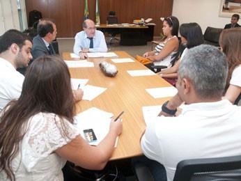 Presidente da Câmara Legislativa do DF, Wasny de Roure, e estudantes da ESCS (Foto: Câmara Legislativa do DF/Divulgação)