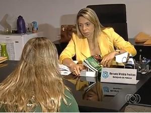 Mãe do bebê abandonado caixa de leite em Goiânia presta depoimento (Foto: Reprodução/TV Anhanguera)