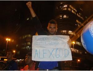 Torcedor mostra cartaz e compara Alex a Deus (Foto: Lucas Catta Prêta / Globoesporte.com)