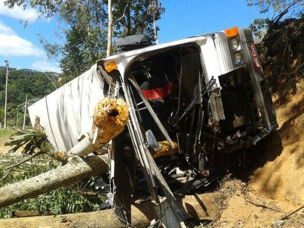 Motorista perdeu o controle da direção ao desviar de veículo na contramão (Foto: Davi Motta/InterTV)