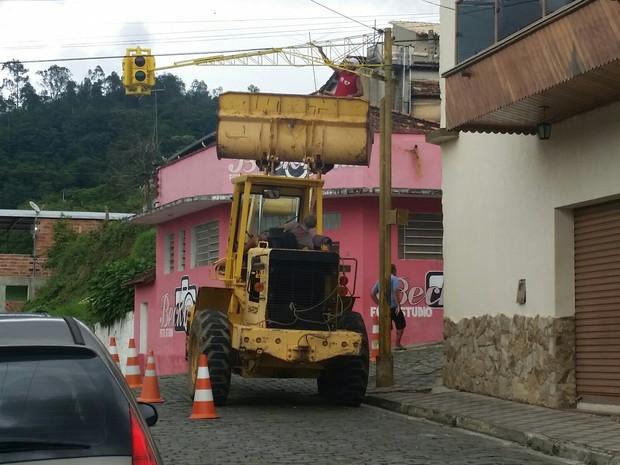 Funcionário improvisado em trator para manutenção de semáforo em Piquete (Foto: Bruno César Silva Ferreira/Vanguarda Repórter)