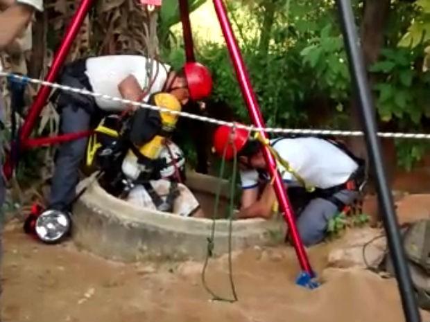 Homem caiu dentro de um poço de aproximadamente 20 metros de profundidade (Foto: Divulgação / Corpo de Bombeiros)
