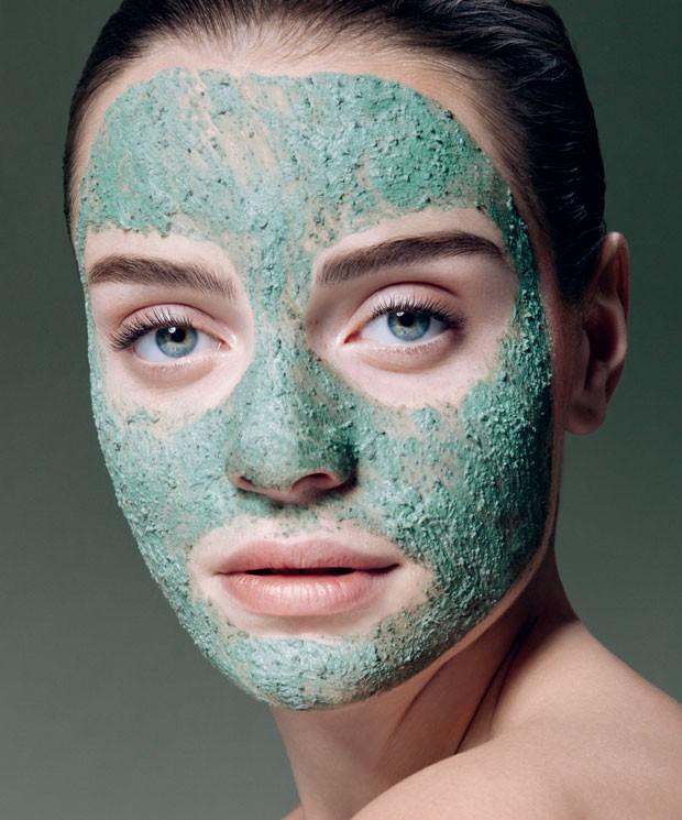 """""""As máscaras têm alta concentração de ativos e carregam o poder de corrigir a pele, enquanto os cremes mantêm o efeito"""", diz a cosmetóloga Roseli Siqueira (Foto: Trunk Archive)"""