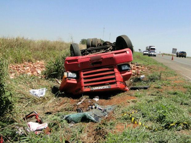 Caminhão tombou na BR-163 em Bandeirantes (Foto: José Wilson de Carvalho/Site Idest)