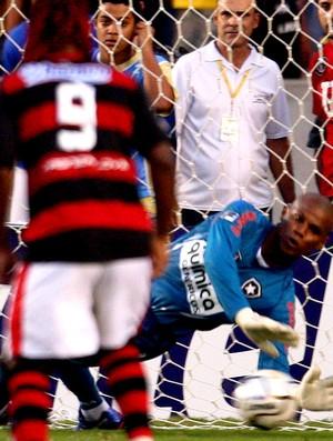 Jefferson, do Botafogo, defendendo o pênalti do Adriano na final da Taça Rio de 2010. (Foto: Ivo Gonzalez / O Globo)