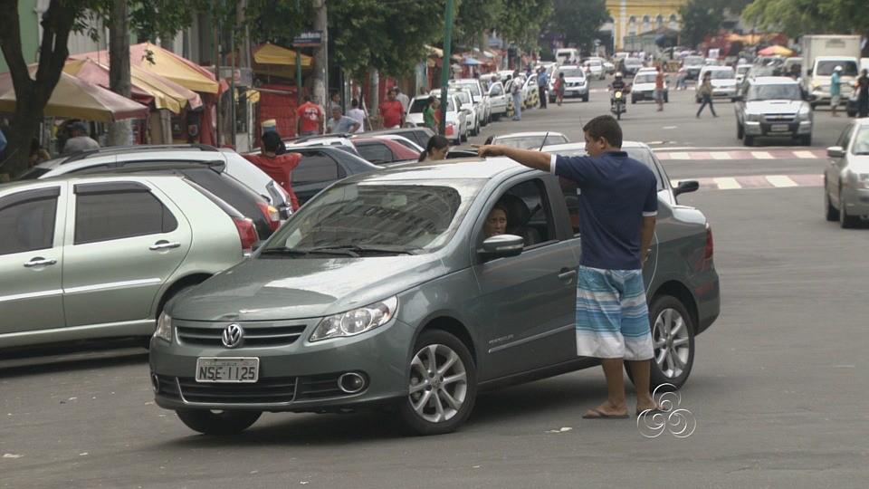A presença de guardadores de carros é constante nas ruas da capital (Foto: Bom dia Amazônia)