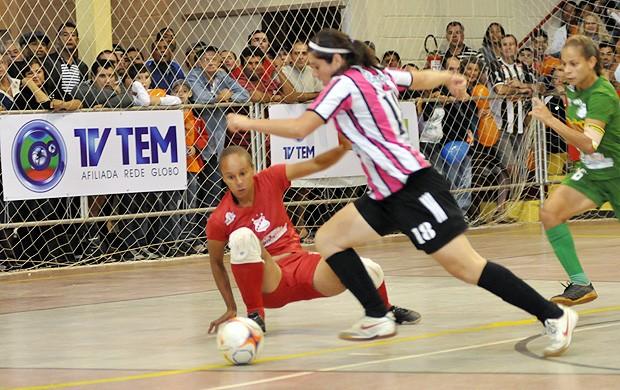 Jussara, goleira do time feminino de São José do Rio Preto, que joga futebol e futsal (Foto: Divulgação/TV TEM)
