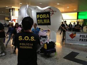 Sindicato dos policiais federais instalaram um elefante branco inflável no aeroporto de Porto Alegre (RS) (Foto: SINPEF/RS)