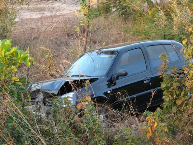 Carro modelo Clio acabou descendo uma ribanceira. (Foto: Ellyo Teixeira/G1)