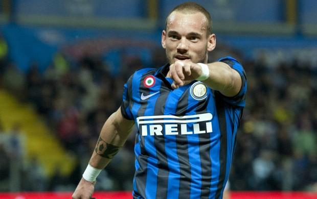 Wesley Sneijder comemora gol do Inter de Milão (Foto: AP)