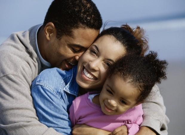 Como a chegada dos filhos pode melhorar o relacionamento com o seu parceiro (Foto: Thinkstock)