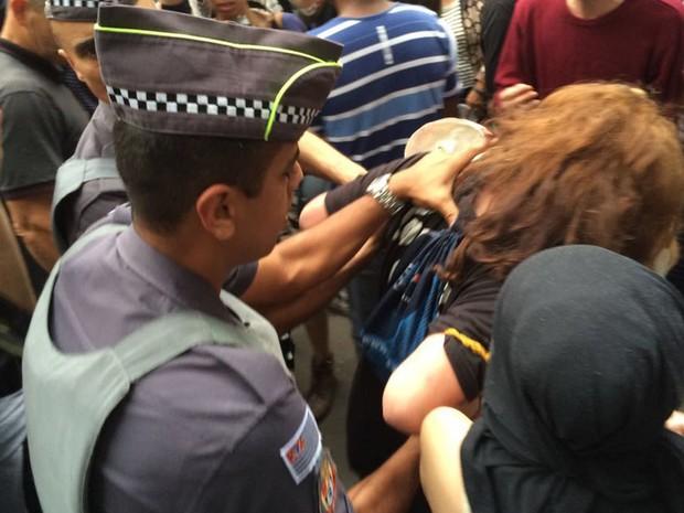 Jovem é detida por policiais militares em protesto contra o presidente Michel Temer (PMDB) na tarde deste domingo (11), na Avenida Paulista (Foto: Lívia Machado/G1)
