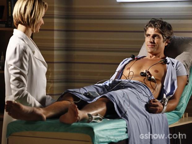 Silvia faz um eletrocardiograma em Cadu para checar o coração (Foto: Inácio Moraes/ TV Globo)