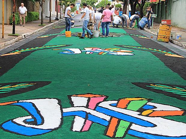 Tapetes colorem ruas de Matão no Corpus Christi (Foto: Fabio Rodrigues/G1)