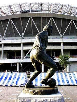 estátua de Zico no estádio do Kashima (Foto: AFP)