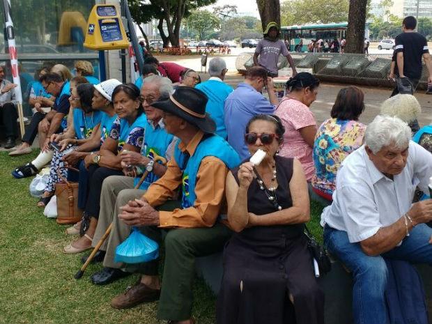 Aposentados passam manhã em frente ao Ministério da Fazenda em manifestação pela volta do Ministério da Previdência (Foto: Beatriz Pataro/G1)