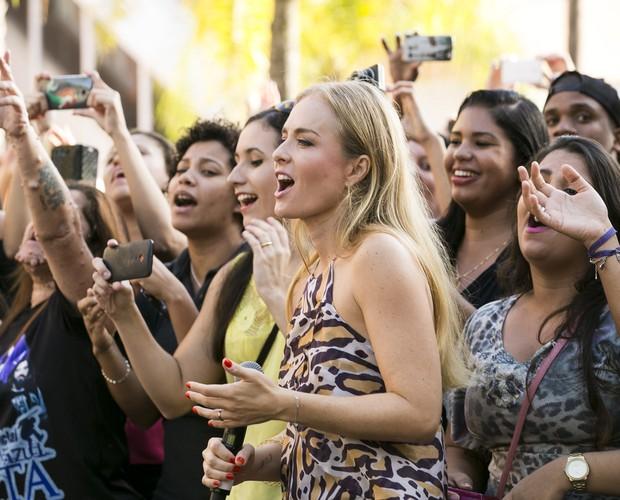 Angélica acompanha ao lado dos fãs a apresentação da Malta (Foto: Felipe Monteiro / Gshow)