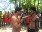 Rodrigo Simas, Chay Suede e Giulia Buscacio visitam aldeia indígena