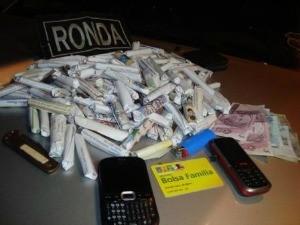 Grupo foi preso com drogas, celulares e dinheiro (Foto: Ronda do Quarteirão/Divulgação)