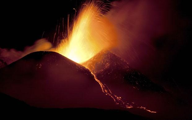 Etna em erupção em foto feita na quinta-feira (11) (Foto: Antonio Parrinello/Reuters)