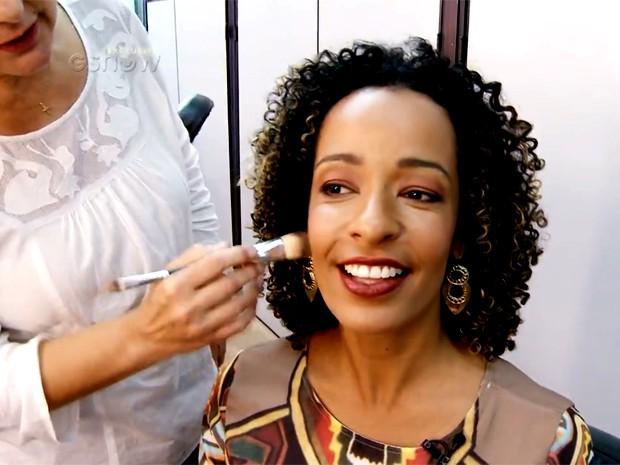 Aline Prado mostra maquiagem que usa para trabalhar (Foto: Vídeo Show / Gshow)