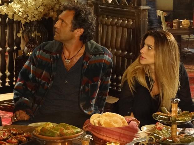 Bianca e Zyah são desmacarados por Farid (Foto: Salve Jorge/TV Globo)