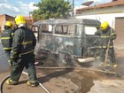 Kombi com 9 ocupantes pega fogo após sair de posto de combustível