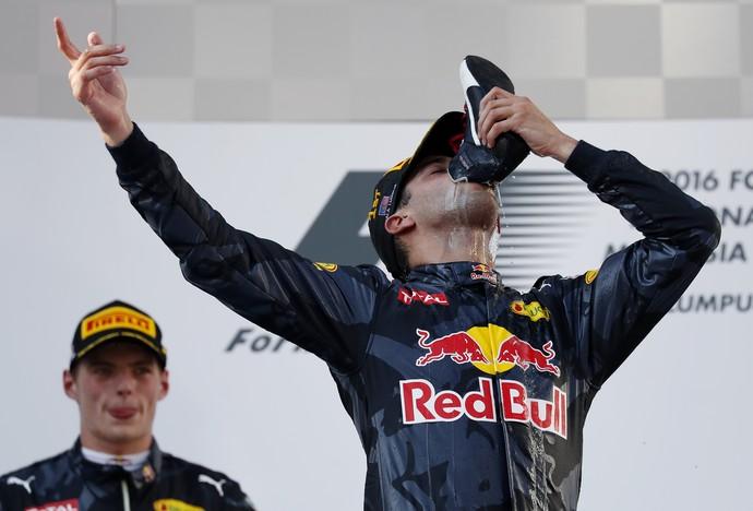 Ricciardo bebe champanhe na sapatilha (Foto: AP Photo/Vincent Thian)