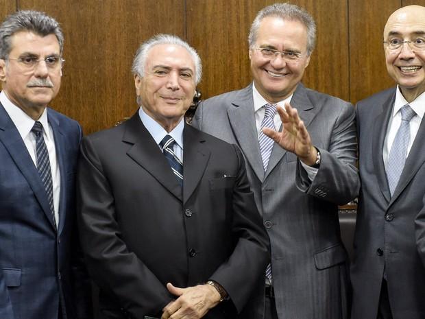 O presidente em exercício Michel Temer posa ao lado de Romero Jucá (esquerda), Renan Calheiros (direita) e Henrique Meirelles após entregar nova meta fiscal com rombo de R$170 bilhões ao Congresso, em Brasília (Foto: Evaristo Sá/AFP)