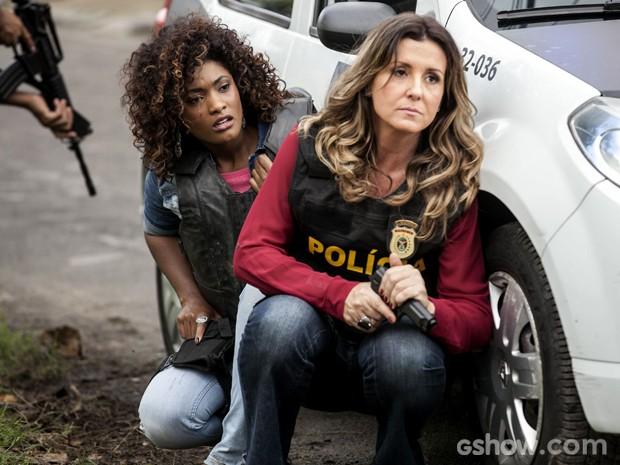 Alice participa de operação policial e fica no meio de tiroteio (Foto: Inácio Moraes/ TV Globo)