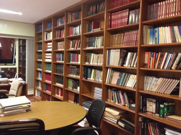 """A biblioteca do escritório onde Dirceu deve trabalhar; """"um terror"""", brincou o novo patrão (Foto: Priscilla Mendes/G1)"""