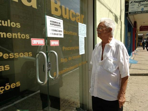 Pedro Freitas, 79 anos, encontra portas do cartório Naila Bucar fechadas (Foto: Fernando Brito/G1)