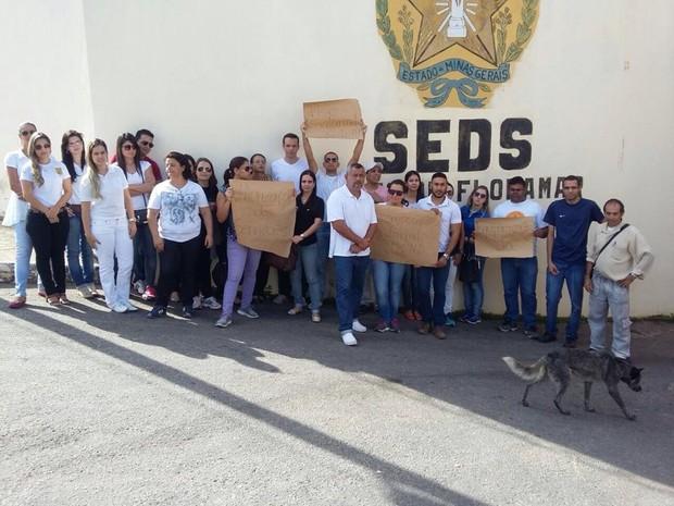 Servidores administrativos do Floramar fazem manifestação (Foto: G1/G1)