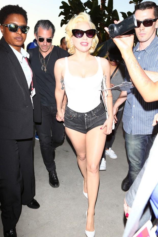 Lady Gaga com o namorado, Christian Carino (Foto: BackGrid)