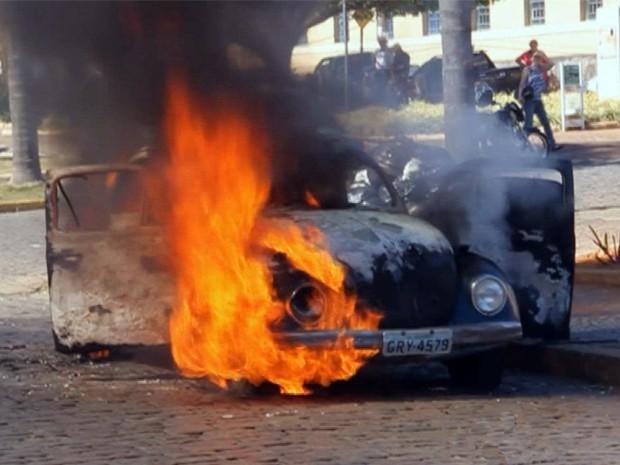 Fusca pega fogo no Centro de muzambinho, MG (Foto: muzambinho.com.br)