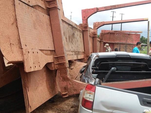 Após a colisão, carreta tombou e atingiu dois veículos  (Foto: Ascom/Polícia Militar)