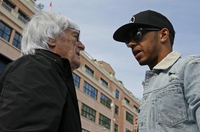 Bernie Ecclestone e Lewis Hamilton em Mônaco (Foto: AP)