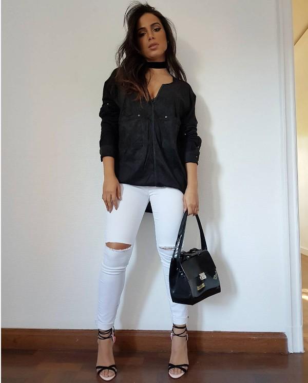Em 'look do dia', Anitta aposta em calça branca rasgada (Foto: Reprodução / Instagram)