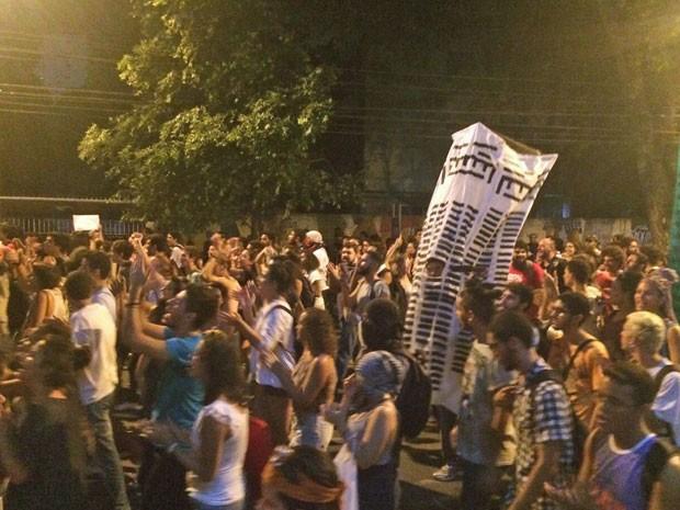 Segundo a Polícia Militar, 800 pessoas participam do protesto. Os manifestantes contabilizam 3.000 pessoas (Foto: Vitor Tavares/G1)