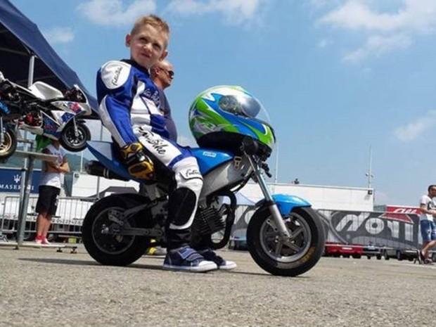 Marco, de seis anos, estava tendo os primeiros contatos com as minimotos (Foto: Cristian Scaravelli/Facebook)