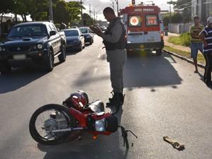 Duas pessoas em uma moto foram atropeladas (Foto: Walter Paparazzo/G1)