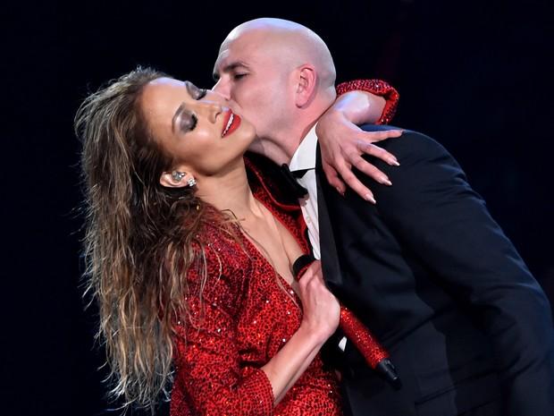 Jennifer Lopez e Pitbull no American Music Awards em Los Angeles, nos Estados Unidos (Foto: Kevin Winter/ Getty Images/ AFP)