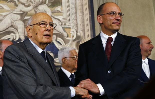 Enrico Letta, primeiro-ministro italiano, aperta a mão do presidente Giorgio Napolitano no Palácio Quirinale, em Roma, neste sábado (27) (Foto: Alessandro Bianchi/Reuters)