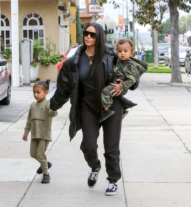 X17 - Kim Kardashian com os filhos, North West e Saint West, em Los Angeles, nos Estados Unidos (Foto: X17online/ Agência)