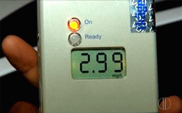 Teste do bafômetro feito pelo americano atingiu o limite máximo que o aparelho registra  (Foto: Reprodução/Inter TV Cabugi)